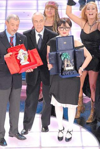Arisa receiving the prize